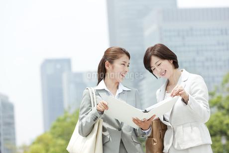 ファイルを見るビジネスウーマン2人の写真素材 [FYI02813696]