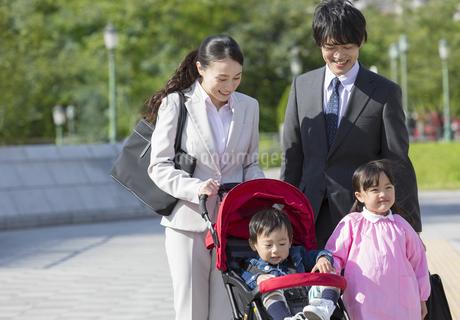 寄り添って立つ笑顔の家族の写真素材 [FYI02813700]