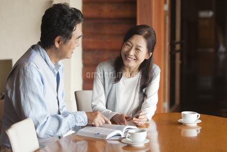 ガイドブックを見る中高年夫婦の写真素材 [FYI02813701]