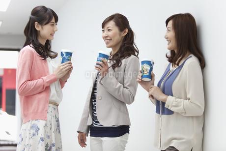 コーヒーカップを持つ女性3人の写真素材 [FYI02813709]