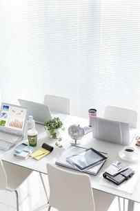テーブルの上のビジネス小物の写真素材 [FYI02813715]