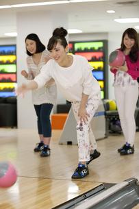 ボウリングをする若者の写真素材 [FYI02813732]