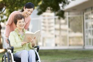 車いすに乗る祖母と娘の写真素材 [FYI02813734]