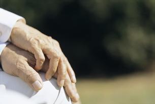 手を握る老人の手元の写真素材 [FYI02813783]