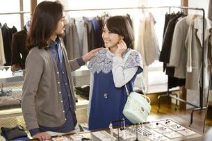 ショッピングをするカップルの写真素材 [FYI02813785]