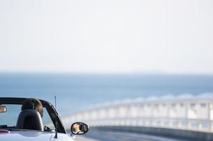 オープンカーに乗っている男性の写真素材 [FYI02813786]
