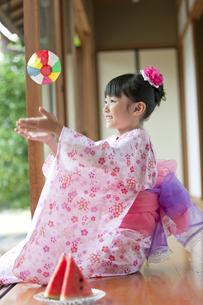 紙風船で遊ぶ日本人女の子の写真素材 [FYI02813789]
