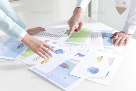 資料を指差すビジネスマンとビジネスウーマンの写真素材 [FYI02813820]