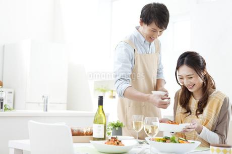 食事をしているカップルの写真素材 [FYI02813842]