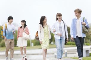歩く大学生5人の写真素材 [FYI02813847]