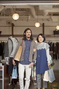 ショッピングをするカップルの写真素材 [FYI02813854]