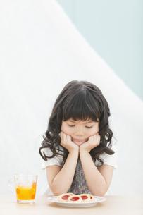ほおづえをついている女の子の写真素材 [FYI02813855]