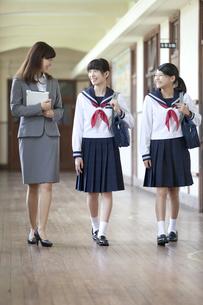 廊下で話をする先生と女子校生の写真素材 [FYI02813885]