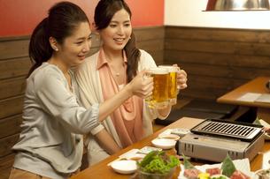 ビールで乾杯する女性2人の写真素材 [FYI02813898]