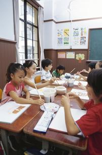 絵を描く小学生の写真素材 [FYI02813950]