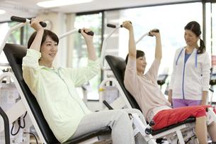 ジムで運動する中高年女性の写真素材 [FYI02813955]