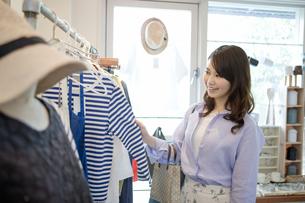 買い物をする女性の写真素材 [FYI02813962]