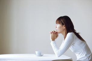 テーブルでくつろぐ女性の写真素材 [FYI02813972]
