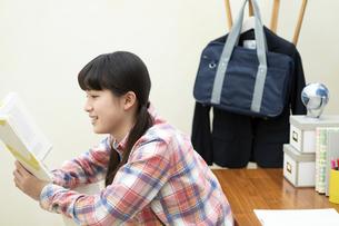 本を読む女の子の写真素材 [FYI02813981]