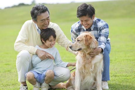 犬と3世代親子の写真素材 [FYI02813995]