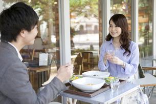 昼食を食べるカップルの写真素材 [FYI02814001]