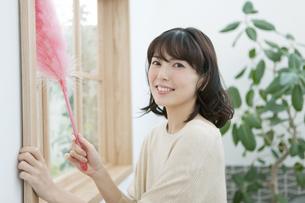 掃除をする女性の写真素材 [FYI02814003]