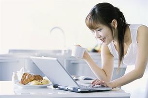 パソコンを操作する女性の写真素材 [FYI02814006]
