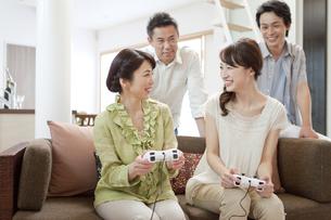 ゲームをする2世代家族の写真素材 [FYI02814013]