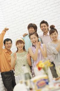 笑顔で拍手をする男女6人の写真素材 [FYI02814017]