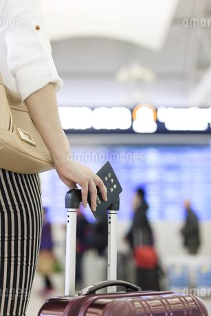 パスポートを持つ女性の手元の写真素材 [FYI02814022]