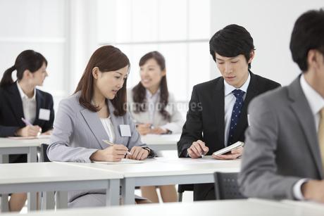 資料を見るビジネスマンとビジネスウーマン5人の写真素材 [FYI02814032]