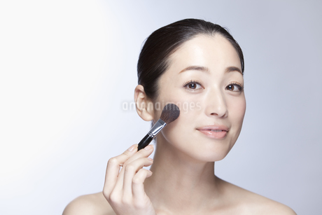 中年女性の美容イメージの写真素材 [FYI02814047]