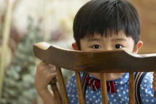 いすに座る男の子の写真素材 [FYI02814084]