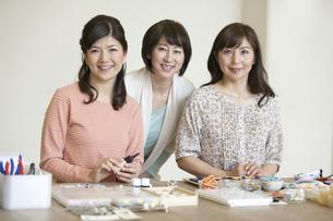 笑顔の中高年女性3人の写真素材 [FYI02814098]