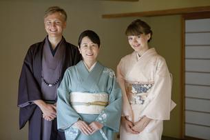 着物姿の日本人女性と外国人カップルの写真素材 [FYI02814102]