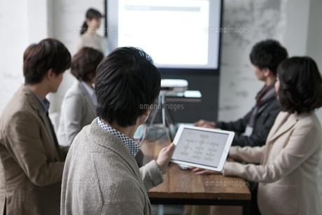 ミーティングをするビジネス男女6人の写真素材 [FYI02814129]