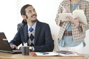 話をするビジネスマンとビジネスウーマンの写真素材 [FYI02814140]