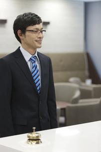 受付の前に立つビジネスマンの写真素材 [FYI02814158]