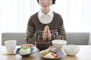 朝食を食べる中高年女性の写真素材 [FYI02814175]