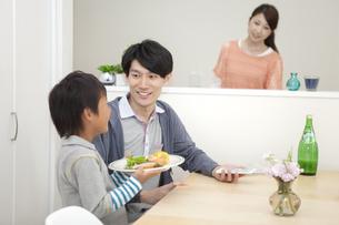 朝食の準備をする家族の写真素材 [FYI02814176]