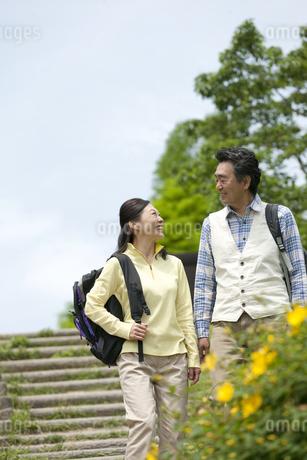 ハイキングをする中高年夫婦の写真素材 [FYI02814179]