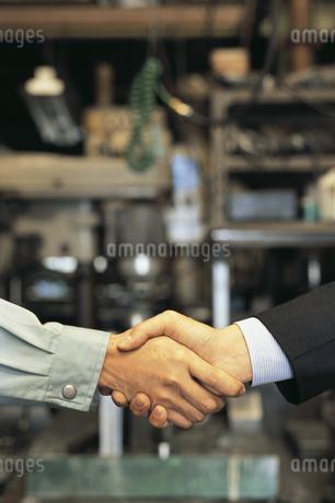 工場で握手をする手の写真素材 [FYI02814194]