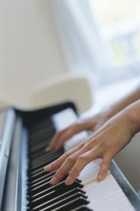 ピアノを弾く手元の写真素材 [FYI02814203]