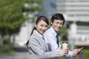 笑顔のビジネスマンとビジネスウーマンの写真素材 [FYI02814220]