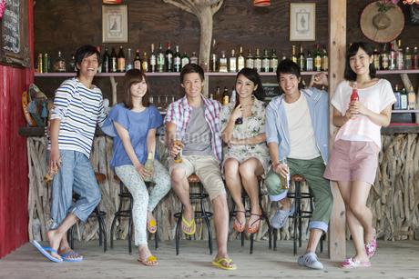 カウンターに座る男女6人の写真素材 [FYI02814228]