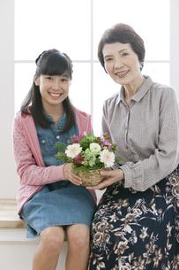 花束を持つ祖母と孫の写真素材 [FYI02814230]