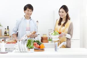 料理をしているカップルの写真素材 [FYI02814235]