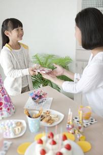 母親にプレゼントを渡す女の子の写真素材 [FYI02814242]