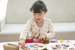 クッキーを箱に入れる女の子の写真素材 [FYI02814246]