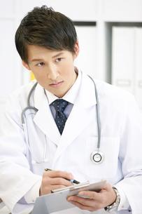 カルテを持つ医者の写真素材 [FYI02814257]